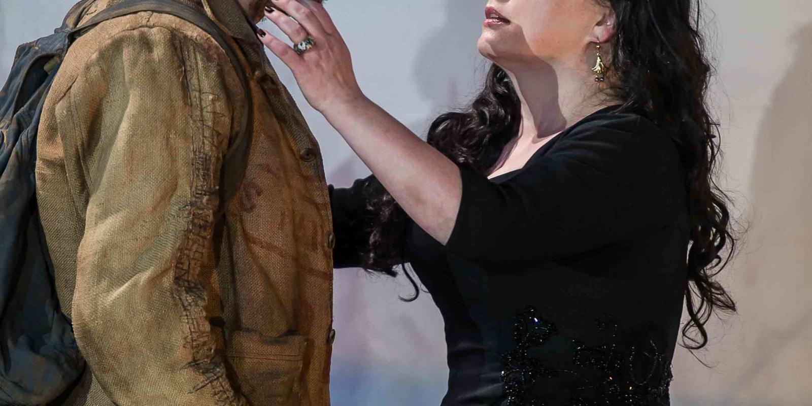 An image of Iestyn Davies and Rebecca Evans in Richard Jones's 2014 production of Rodelinda