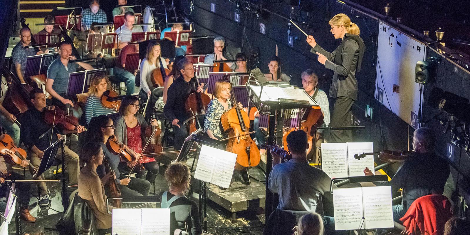 Conductor Keri-Lynn Wilson leads the ENO Orchestra (c) Tristram Kenton