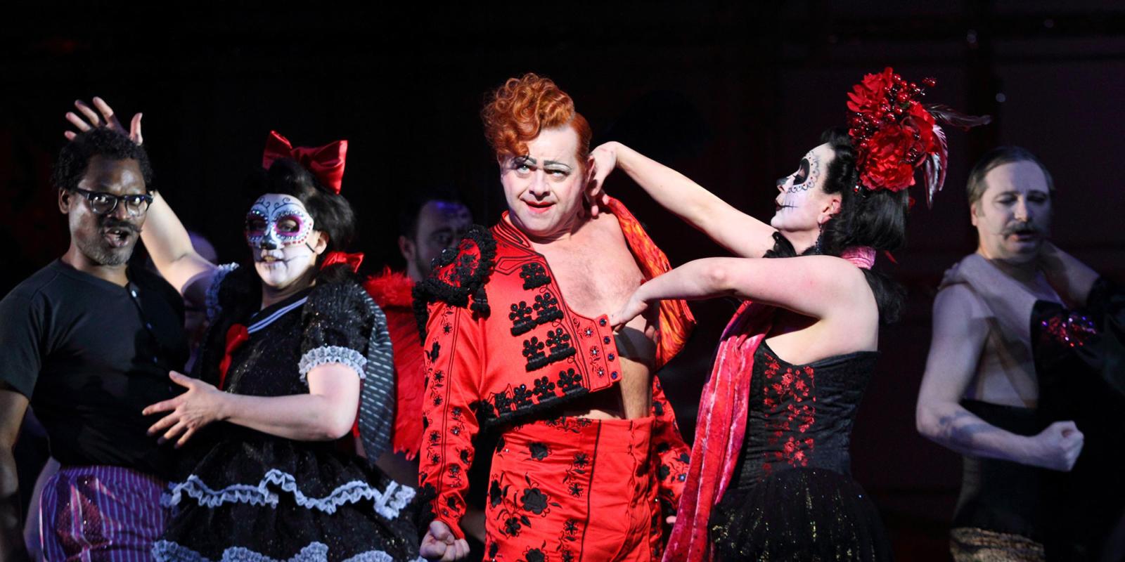 ENO Traviata Aled Hall, Heather Shipp and members of the ENO Chorus (c) Catherine Ashmore